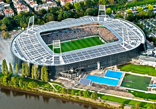Luftaufnahme der vollen Ränge des Weserstadions