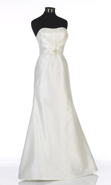 Weißes Brautkleid auf weißem Hintergrund