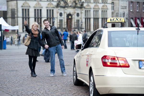 Pärchen winkt in Bremen Taxi herbei