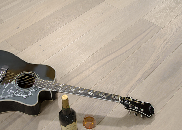 Gitarre mit Wein auf Fußboden
