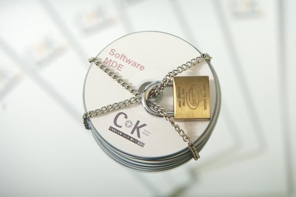 Eine Kette mit Schloss um CD Stapel