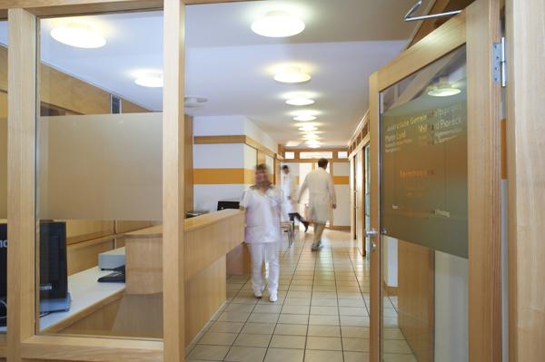 Eine Praxis durch die Eingangstür fotografiert
