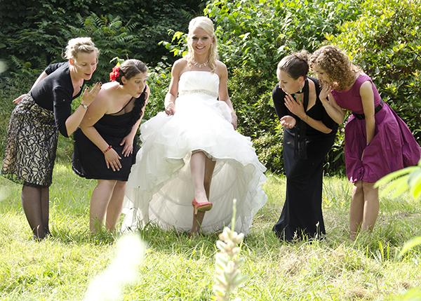 Braut und ihre Freundinnen im Grünen