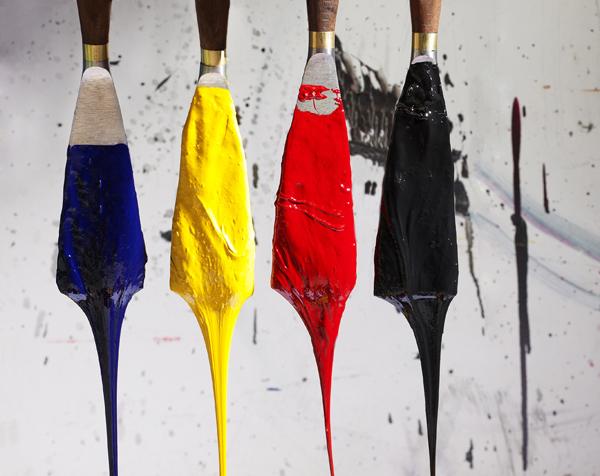 Verschiedene Farben tropfen von Pinseln