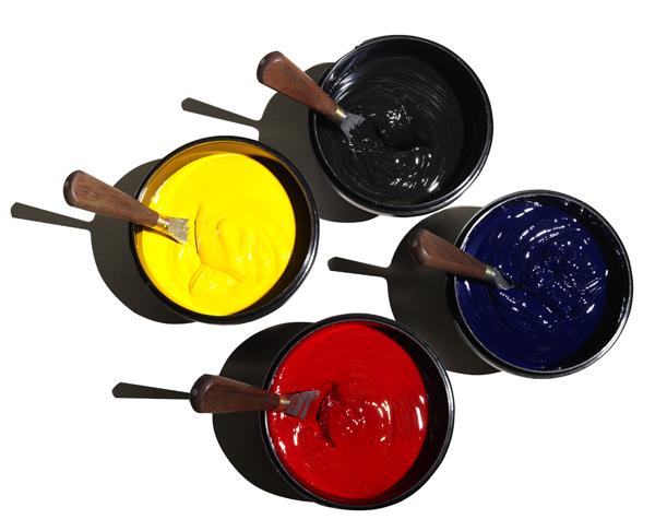 Vier verschiedenfarbige Farbeimer