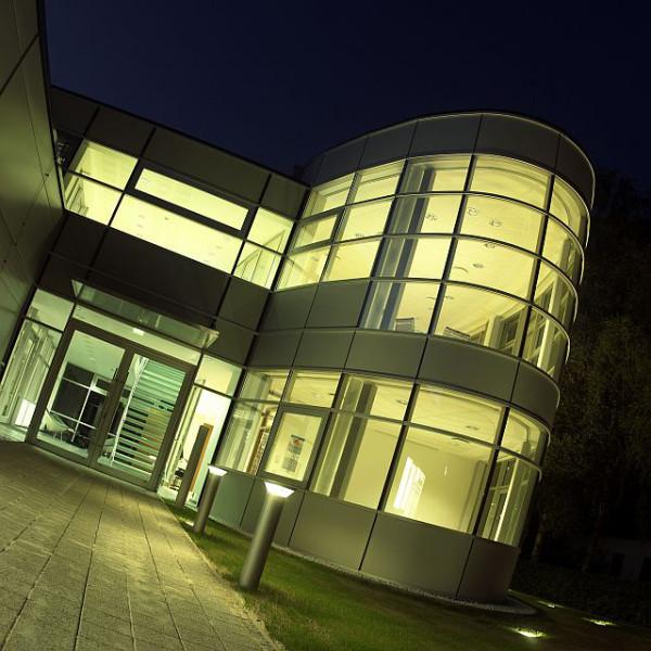 Aussenaufnahme eines Bürogebäudes in Oyten bei Nacht