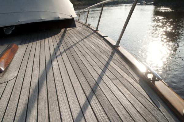 Der Holzfussboden eines luxuriöses Bootes