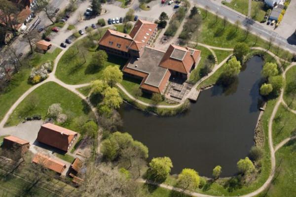 Das Rathaus und der See in Oyten von oben