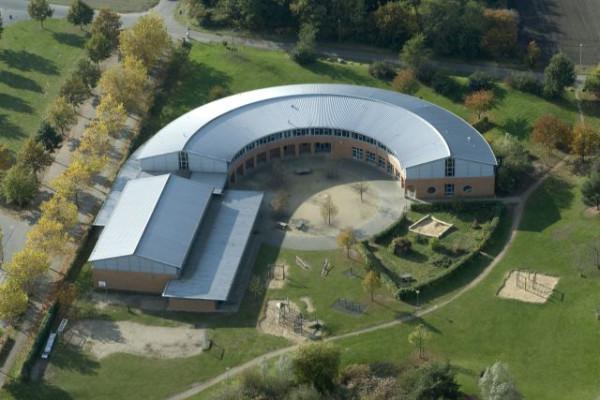 Luftaufnahme eines Schulgebäudes