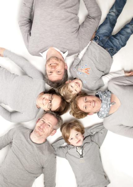 Familie liegt im Kreis
