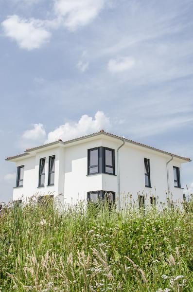 Ein modernes Haus im Grünen