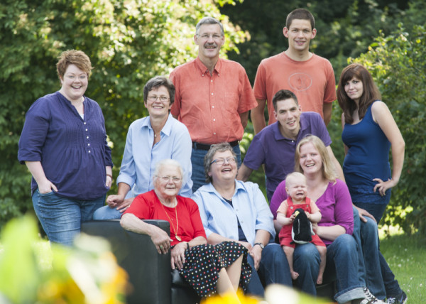 Eine kleine Familie lächelt beim Outdoor-Shooting
