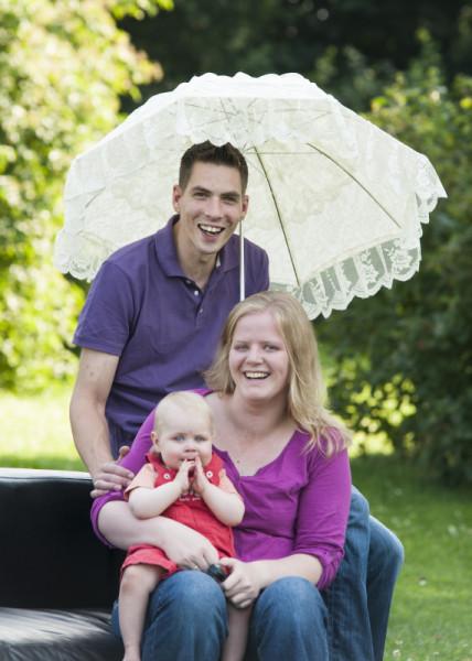 Mutter,Vater und Kind mit Schirm