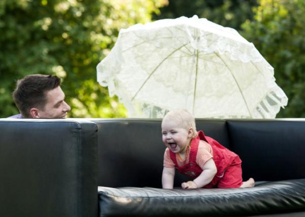 Baby hat Spaßß beim Versteckspiel mit Papa