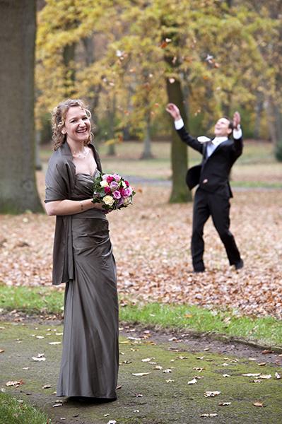 Herbstliches Fotoshooting eines Brautpaares