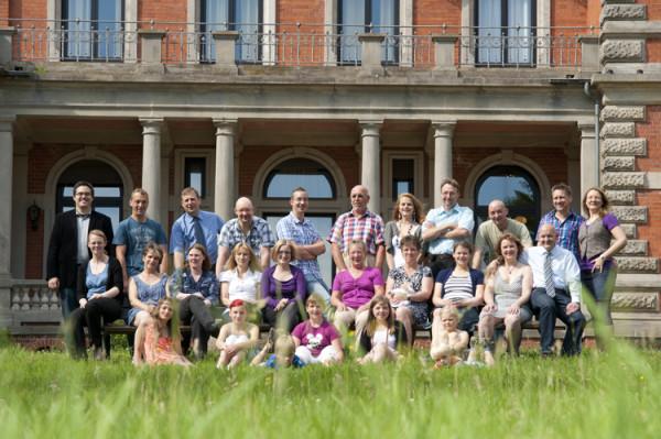 Familienfoto im Grünen vor dem Etelser Schloss