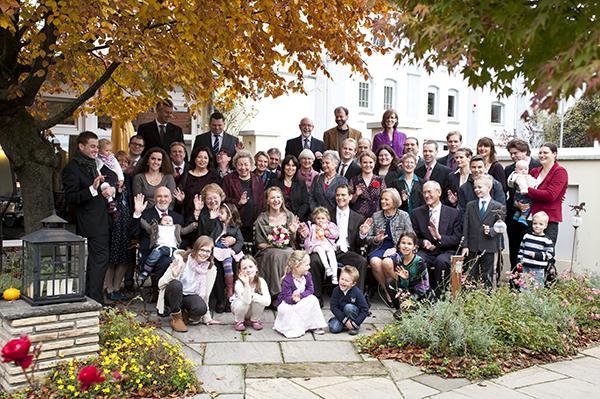 Gruppenaufnahme von Hochzeitsgesellschaft im Herbst