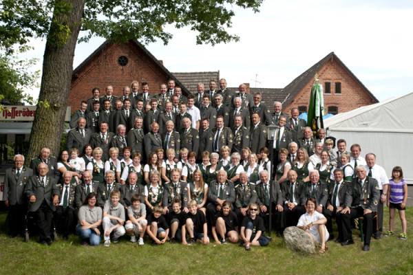 Großes Gruppenfoto von Mitgliedern des Schützenvereins