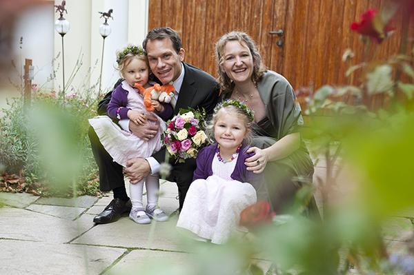 Das Brautpaar posiert mit ihren Kindern