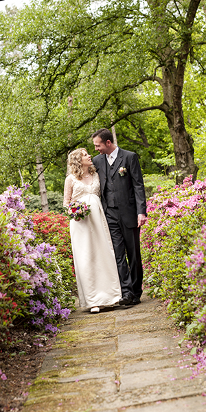 Brautpaar in Parklandschaft