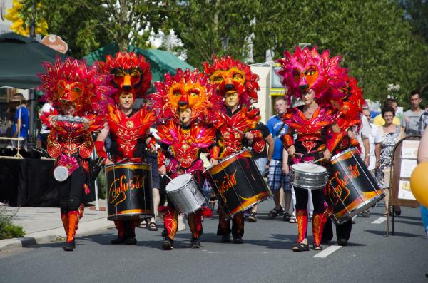 Eine exotisch gkleidete Gruppe beim Karneval