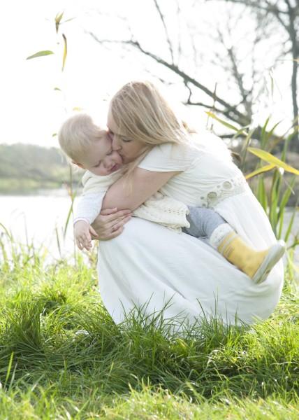 Mutter herzt ihr Kind