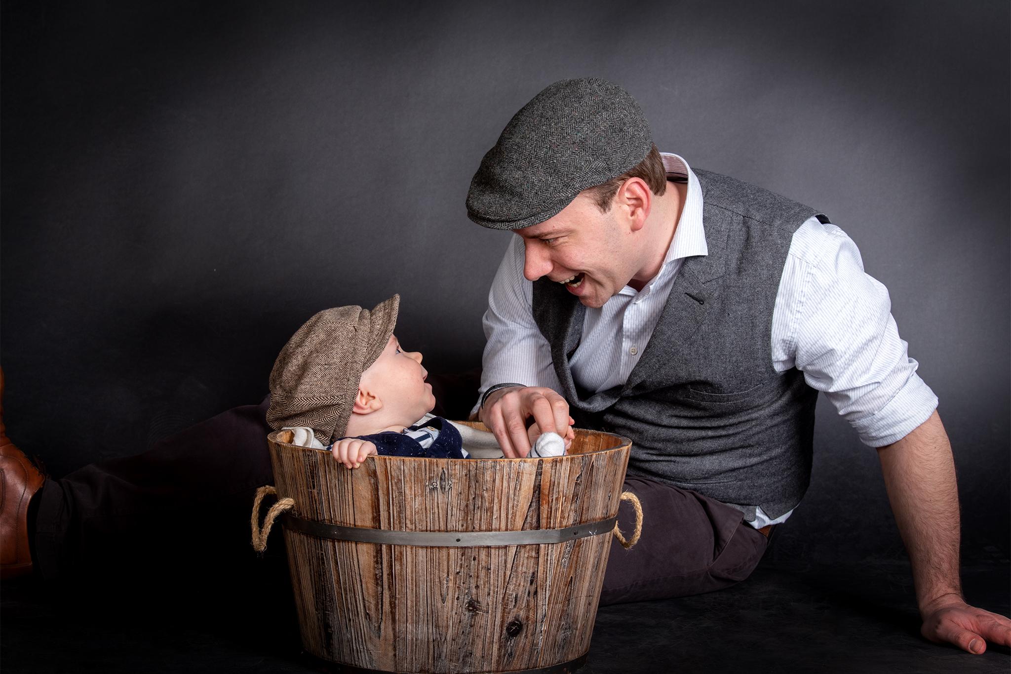 Fröhliches Bild mit Vater und Kind