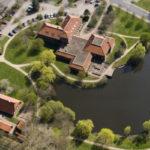 Luftbild des Oytener Rathauses und des Rathaussees