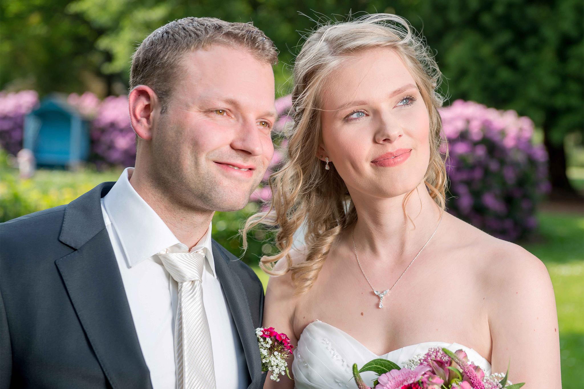 Brautpaar blickt an Hochzeit glücklich in die Ferne