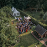 Luftbild einer Hochzeitsgesellschaft