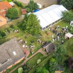 Luftbild über einer Hochzeitsfeier