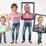 Foto einer Familie in mehreren Fotorahmen