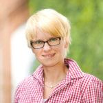 Bewerbungsfotos einer jungen Frau im Grünen