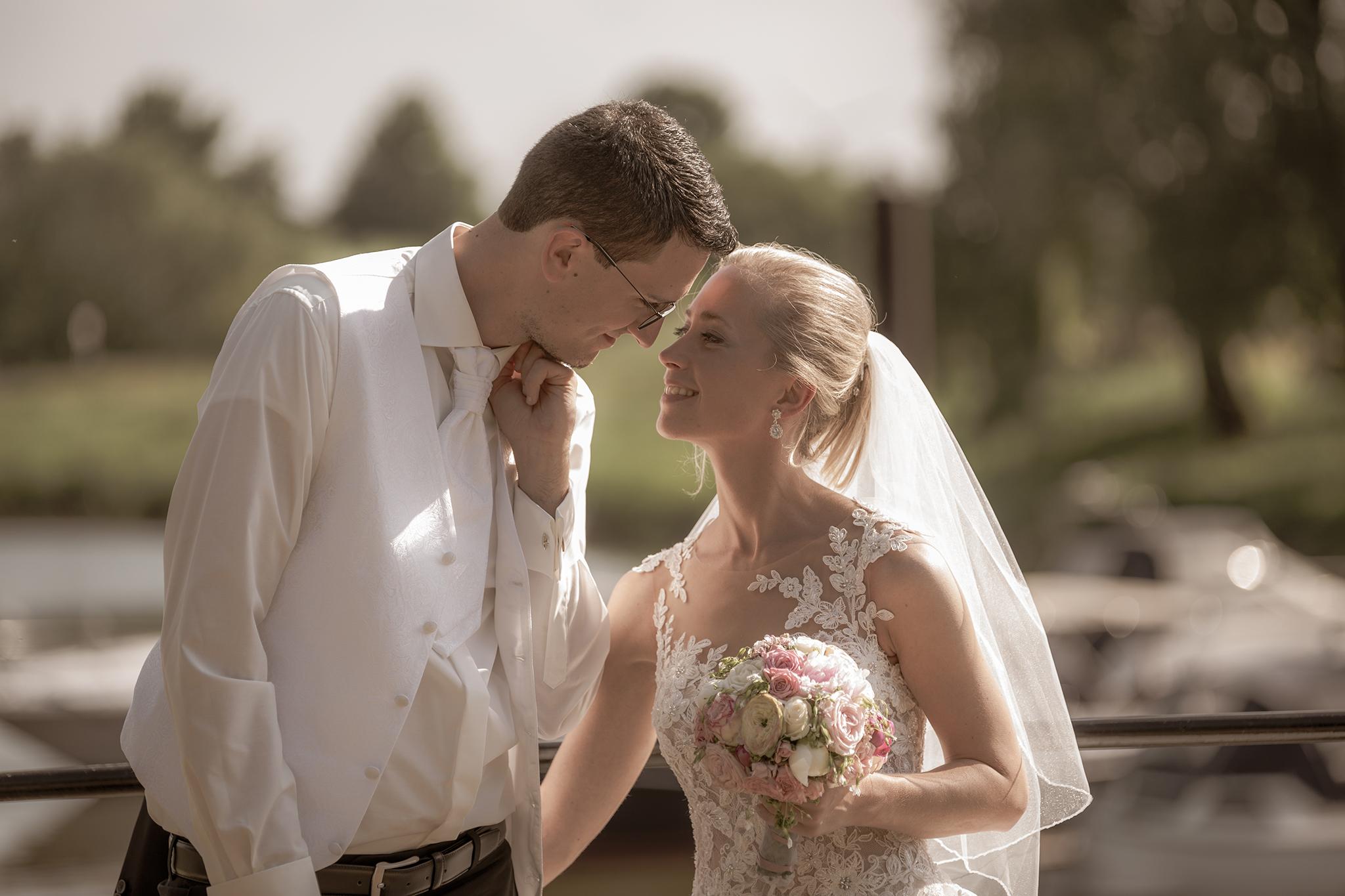 Lässiges Brautpaar verbringt Hochzeit am See