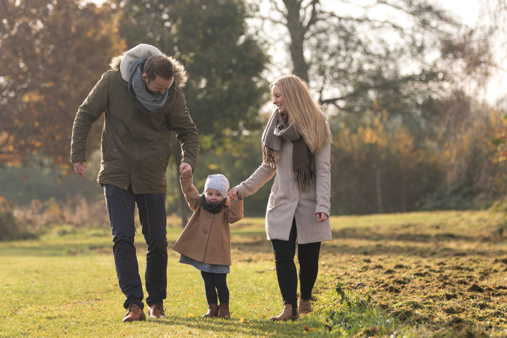 Junge Familie geht spazieren