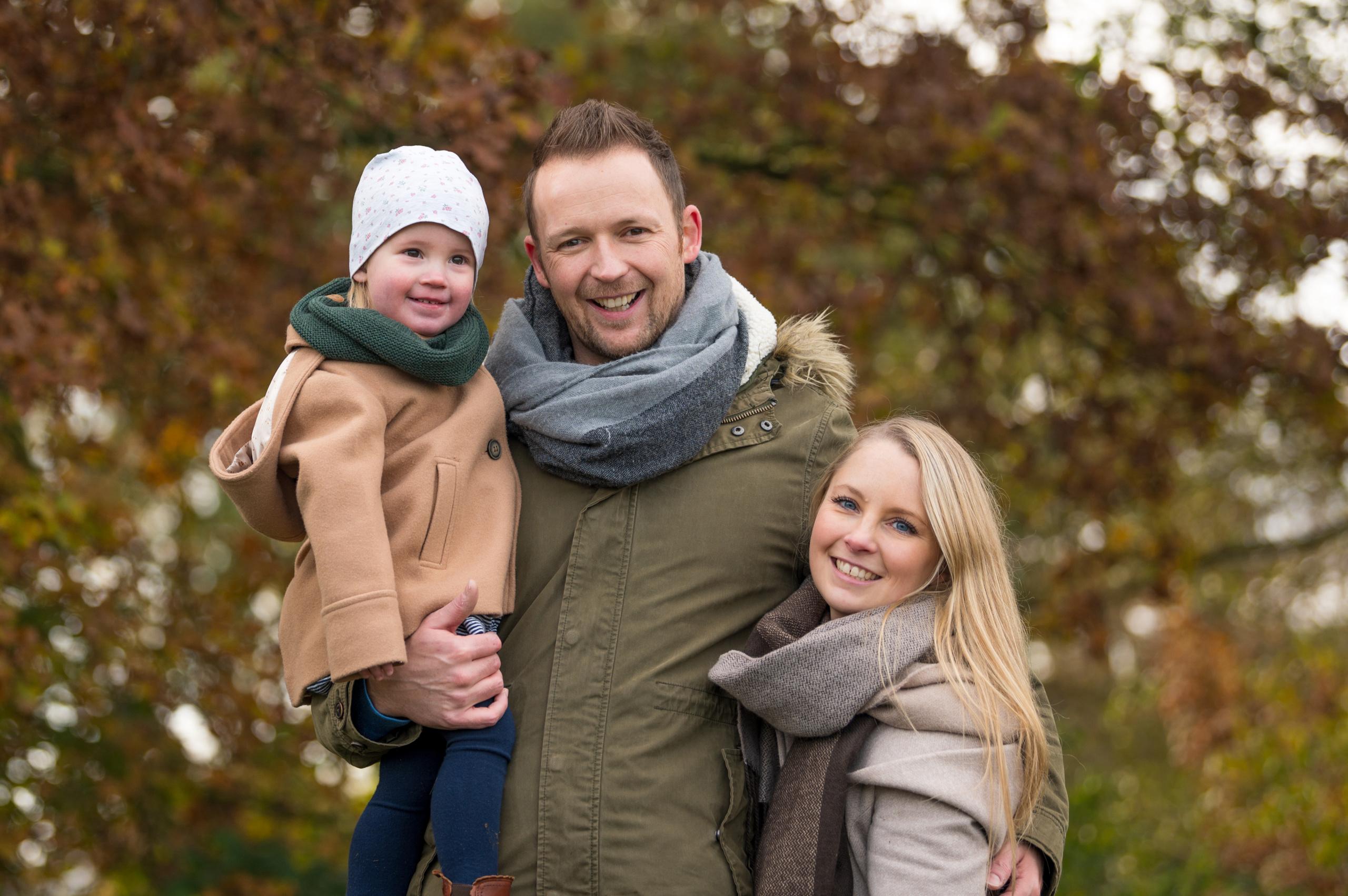 Glückliche Familie am Wald