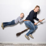 Fotoshooting im Studio auf einem Besen