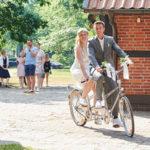 Hochzeitspaar macht Fahrradtour