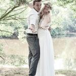 Glückliches Ehepaar am See