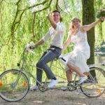 Hochzeitspaar auf dem Fahrrad